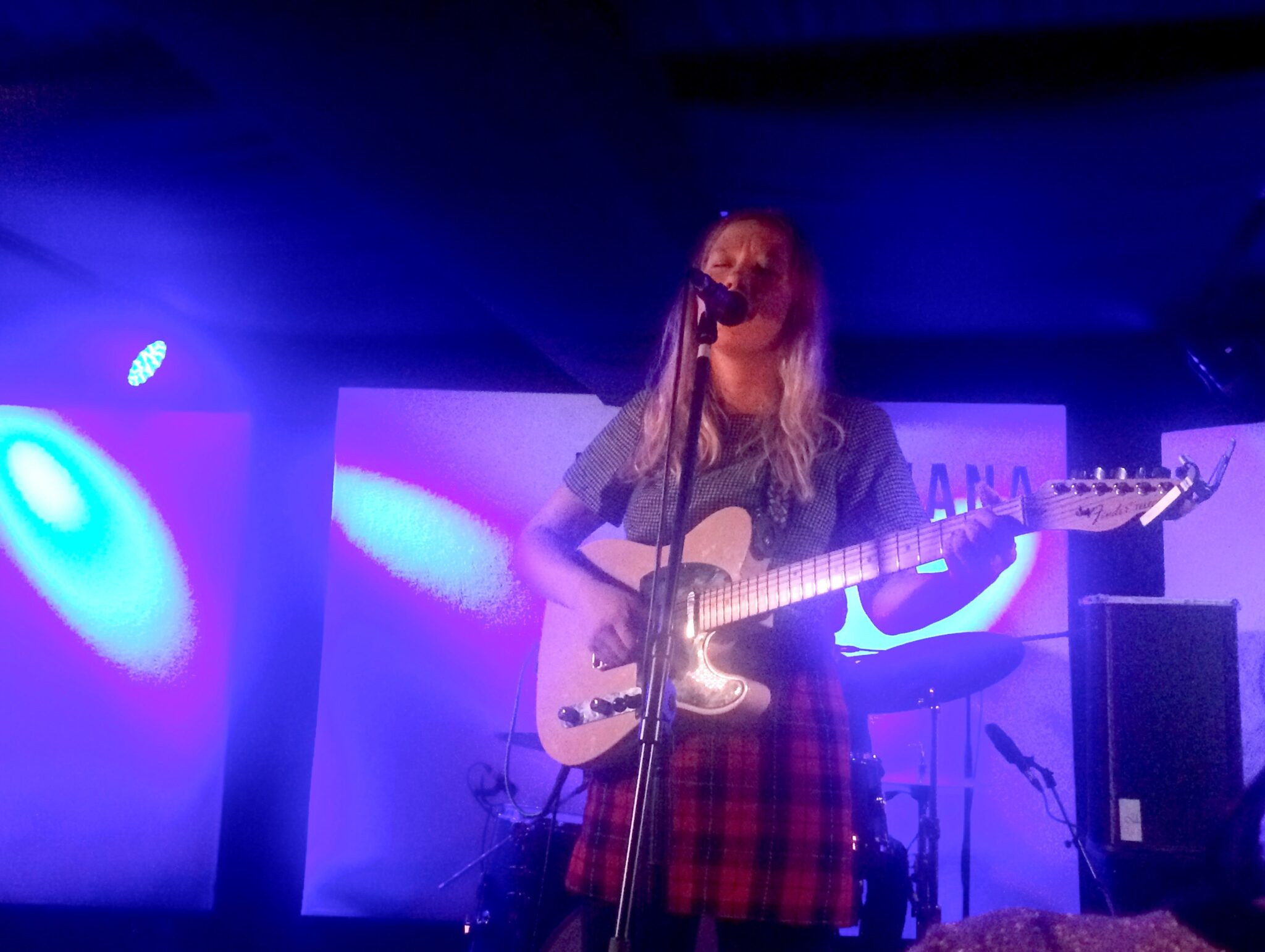 julia jacklin on stage